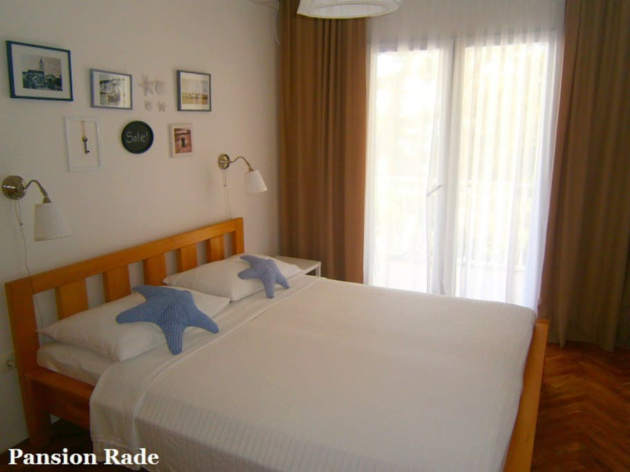 The room offers queen size bed, AC, SAT TV, wi-fi...
