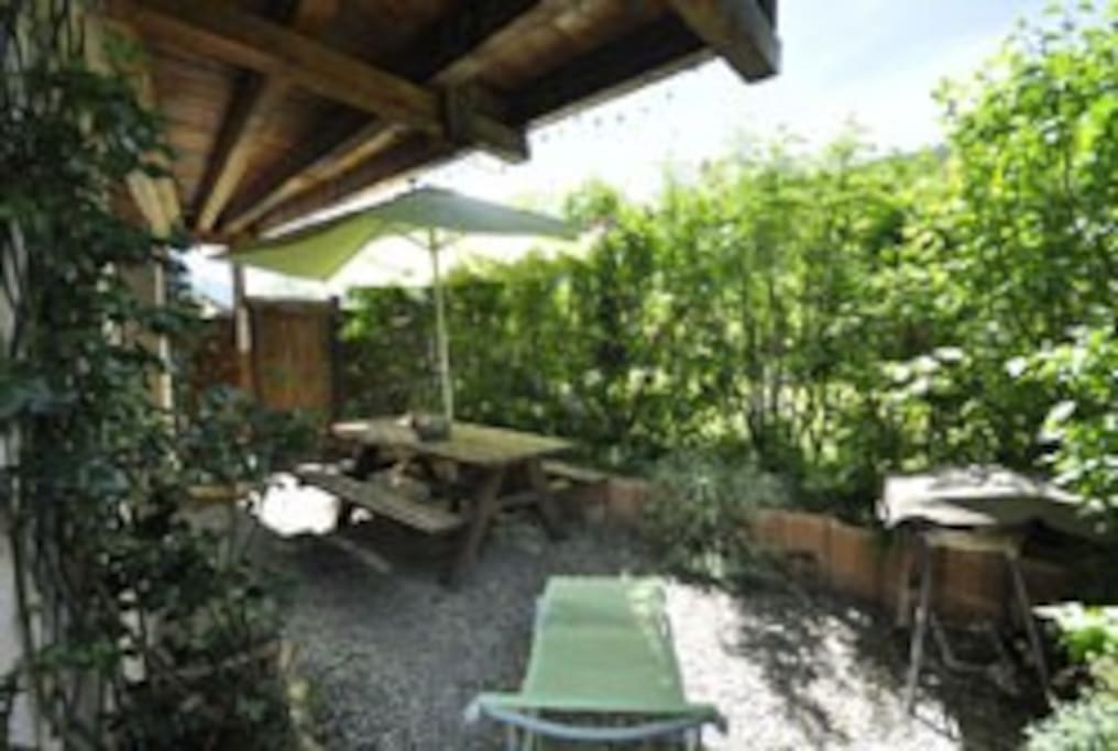 la terrasse privée (barbecue;chaises longues;table banc bois parasol)