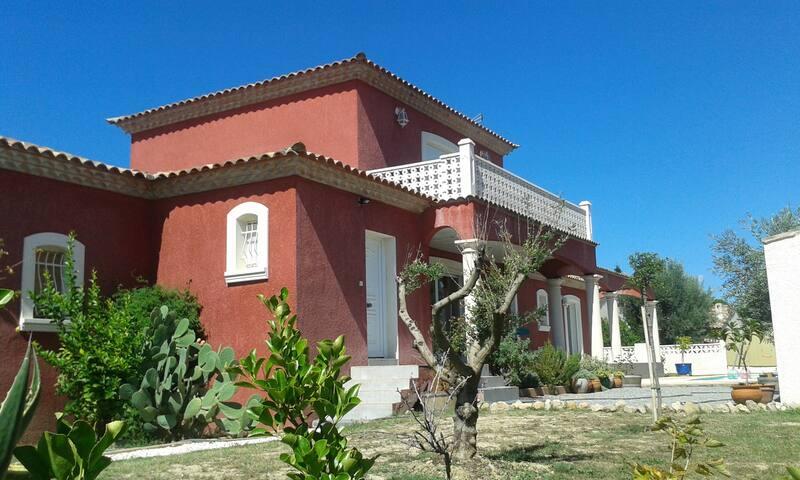 Superbe villa avec piscine - Creissan - Hus