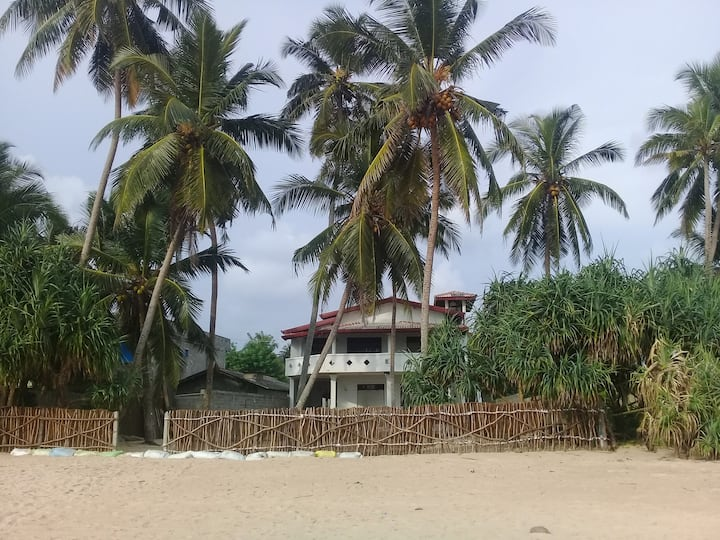 Cozy+Private Beach Front BB + Kitchen.+Ac