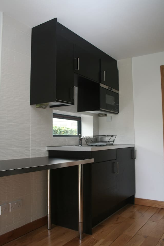 Kitchen with built-in microwave and washer-dryer