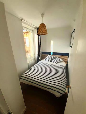 Chambre très calme donnant sur cour. Lit de 140×200 + armoire