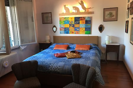 Cosy double room in house with lake view and pool! - Gavirate - Talo