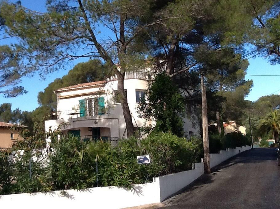 La villa est situé dans l'angle de l'avenue. Une entrée devant et une entrée à l'arrière.
