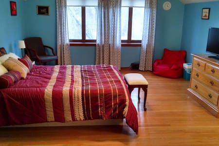 Private Second Floor, 2 Bedroom Suite - Haverford - 独立屋