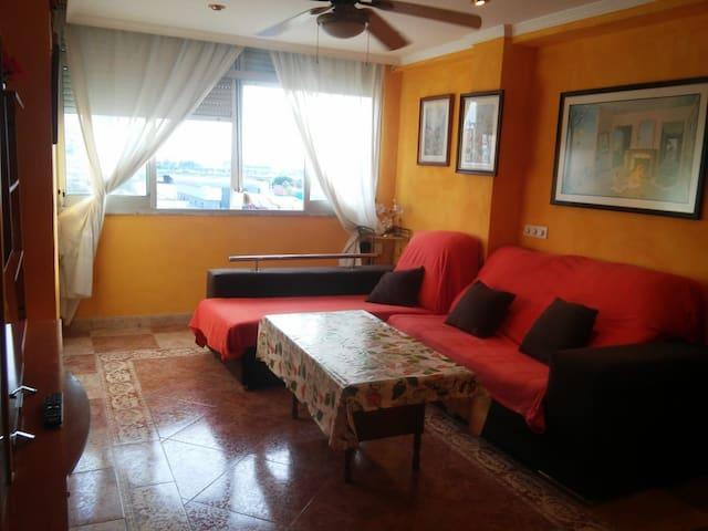 Salón espacioso y confortable, muy iluminado y ventilado.  cuenta con sofá chaise longe con asientos extraibles, sofá cama, un escritorio, mueble con Televisión.