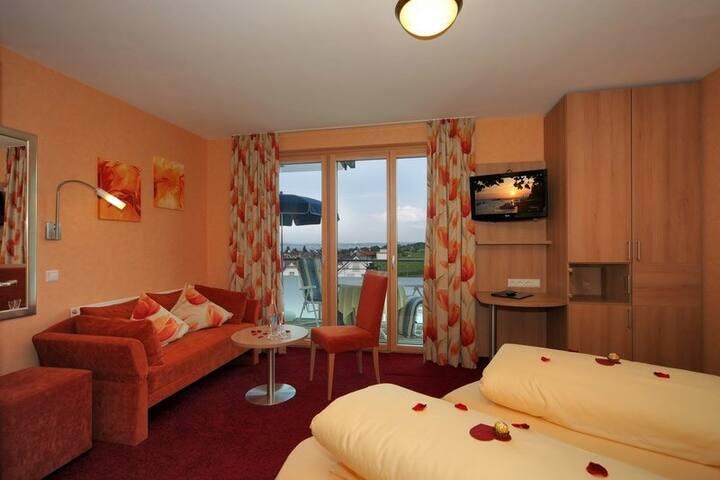 Hotel Mohren, (Hagnau am Bodensee), Komfort-Zimmer Kat.I (Balkon+seitlicherSeebl.)