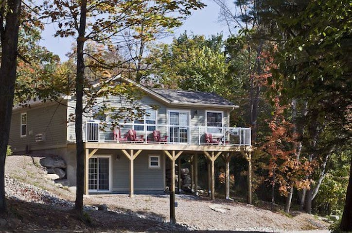 Luxury 3 bdrm Family Cottage Overlooking Lake