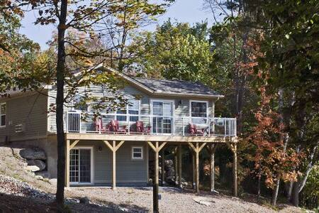 Luxury 3 bdrm Family Cottage Overlooking Lake - Huntsville