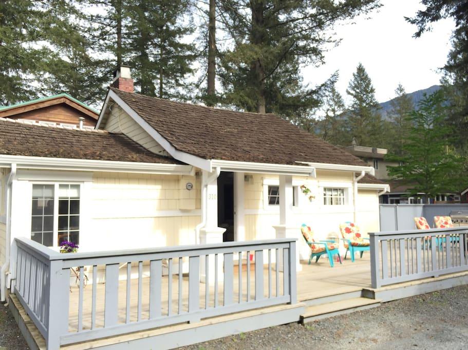 Cultus lake dream cottage two bedroom den loft for Cabins at cultus lake