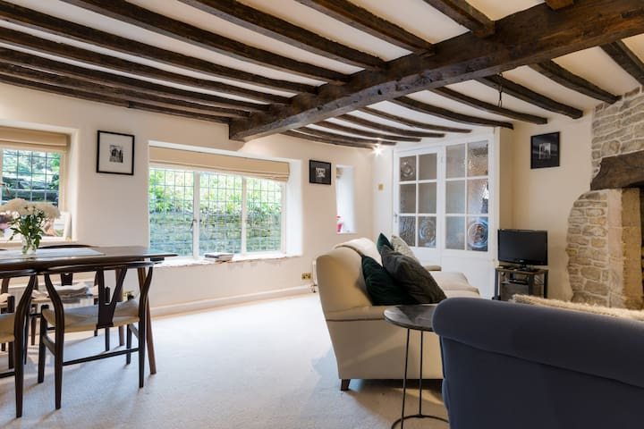Lovely Cotswolds Cottage with Luxurious Amenities
