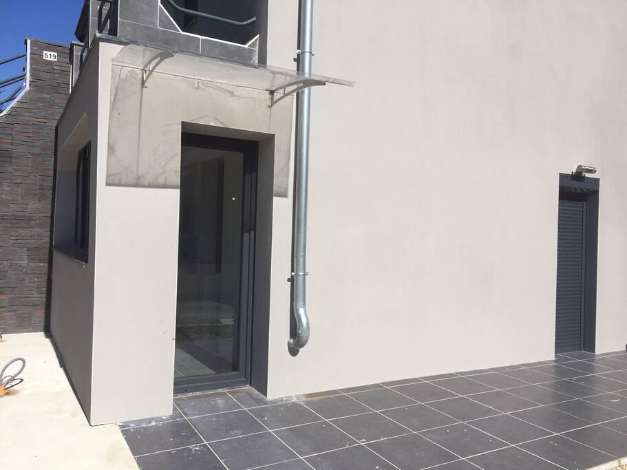 L'entrée de l'appartement et Sa terrasse.