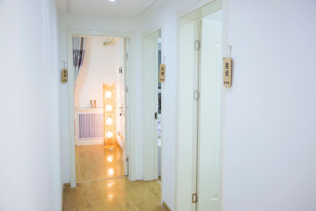 走廊过道可以直接看见3个房间