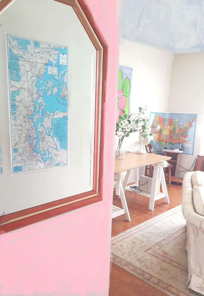 This is a beautiful bright, condo overlooking the park and downtown.  5 min walk to retail and bars.