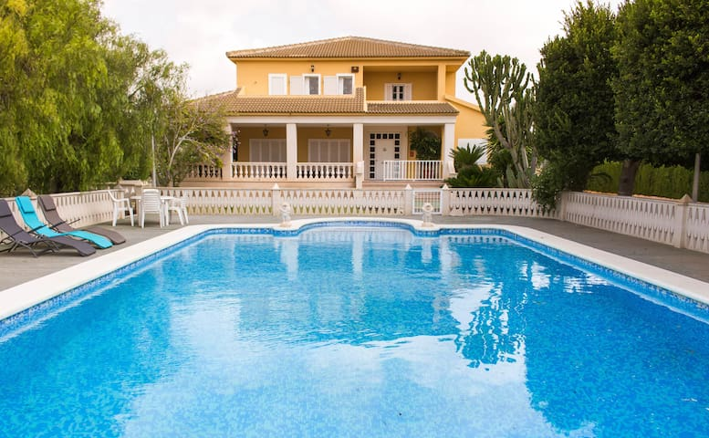 Fantastic Villa with private pool & tennis court!