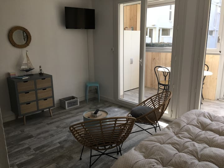 Studio rénové à 50 m de la mer dans résidence 3*