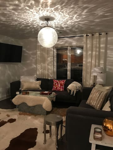 Private Carriage House in Great Dunwoody Location.  Sleeps 4