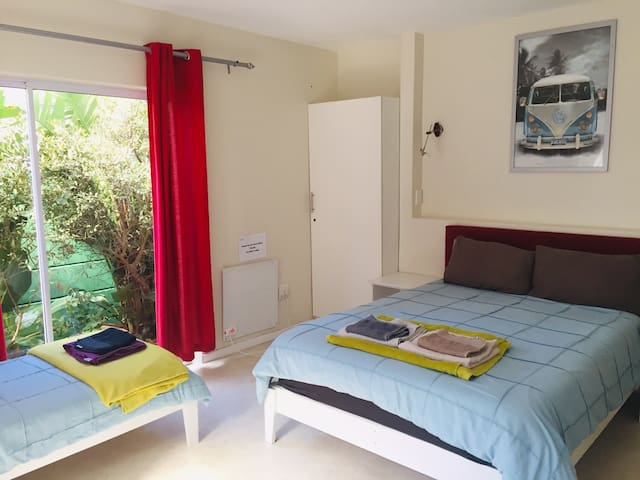 Large room in house share close to the beach