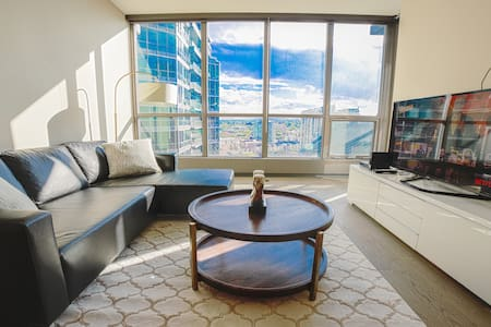 Modern Downtown Condo near BMO/Stampede w/ Parking