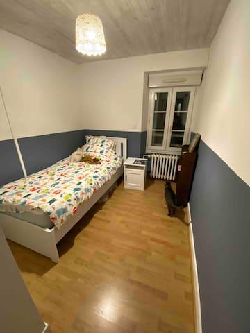 Chambre 2 avec lit une personne pouvant convenir a un enfant ou un adulte.