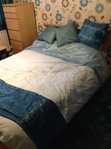 Double room with own bathroom - Northampton