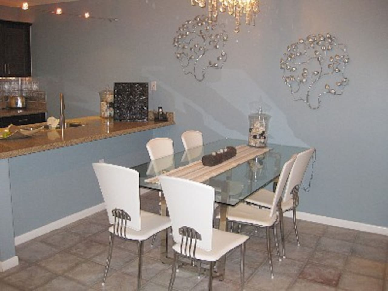 dining area comfortably seats 6