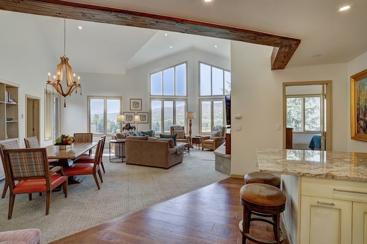 2Br Condo in The Seasons at Arrowhead-Vaulted Ceilings