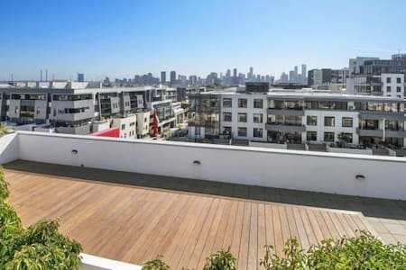 Beach lifestyle with rooftop city views - Порт Мельбурна