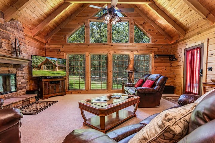 Spacious Secluded Log Cabin, jetted tubs, HotTub, near Branson Shows & Big Cedar