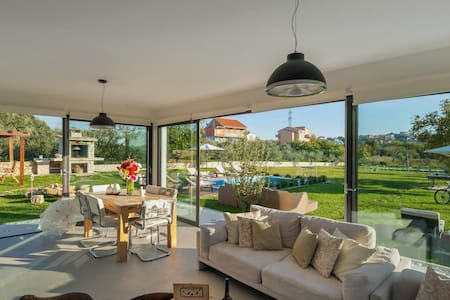 Luxury Villa with a sun terrace and a pool - สปริต