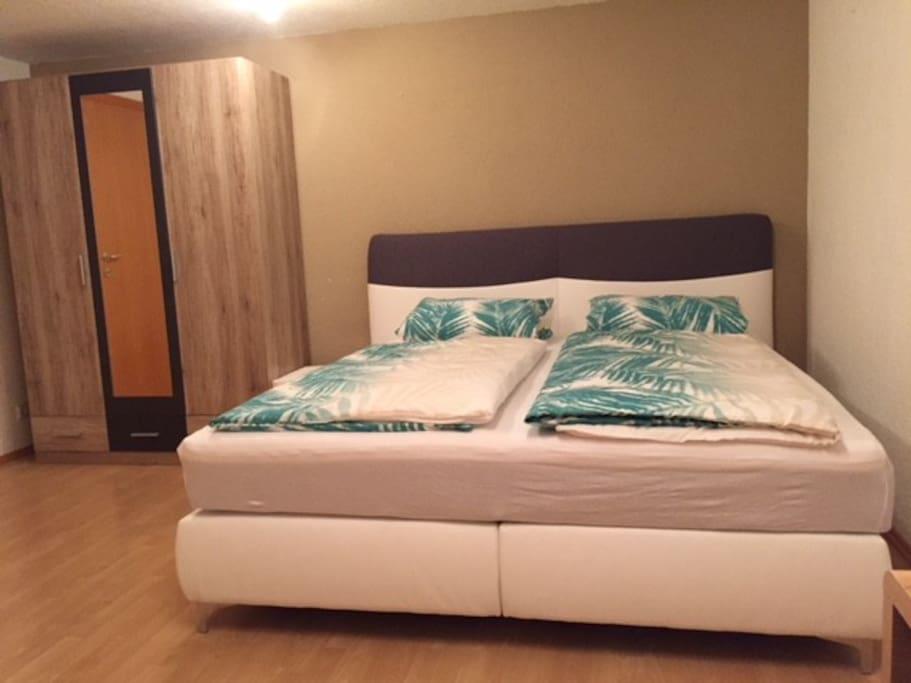 Soeben neu angeschafftes Bockspringbett mit neuer Matratze u. Bettwäsche