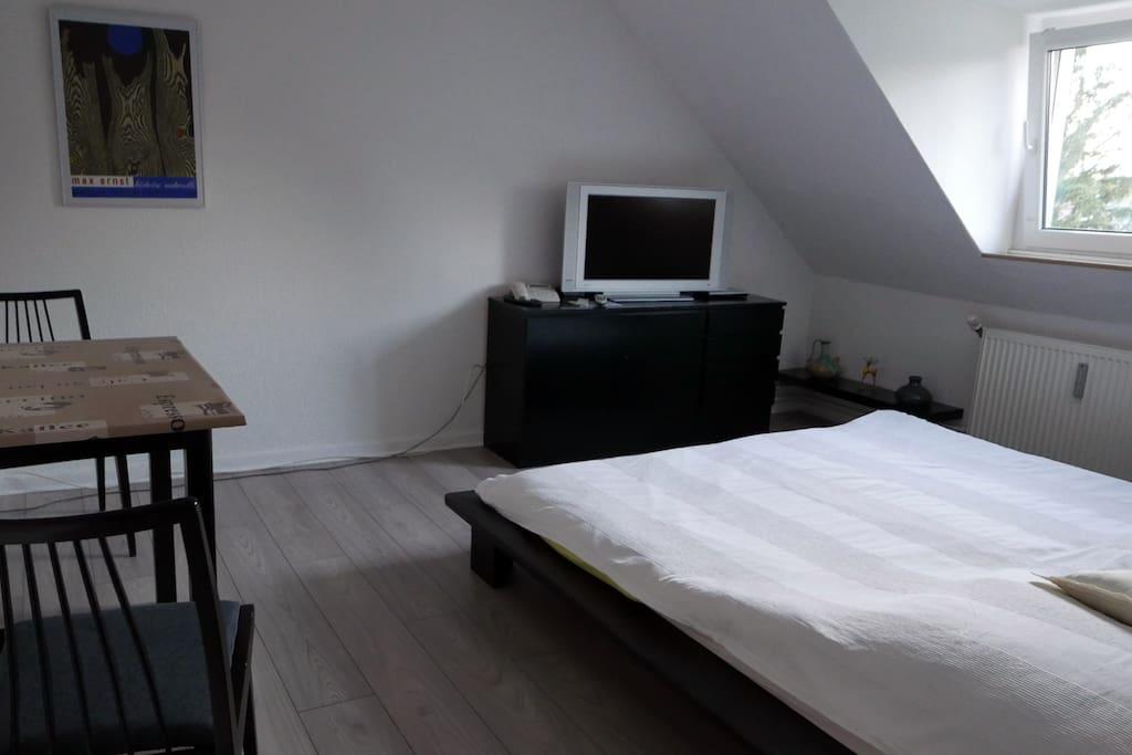 Das Zimmer besitzt ein 1,80 m breites Doppelbett