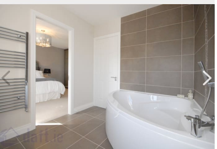 Large comfortable double bedroom ensuite - South Dublin - Dům