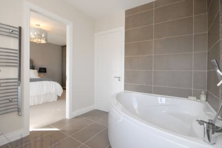 Large comfortable double bedroom ensuite - South Dublin - Дом