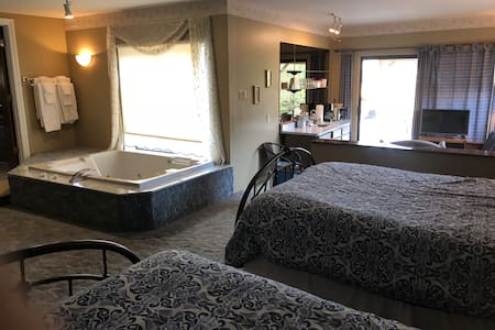 Chardonnay Room at Kerbyville Inn