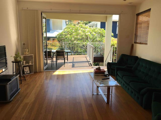 Bright and Beautiful Bedroom 500m from Kirra Beach
