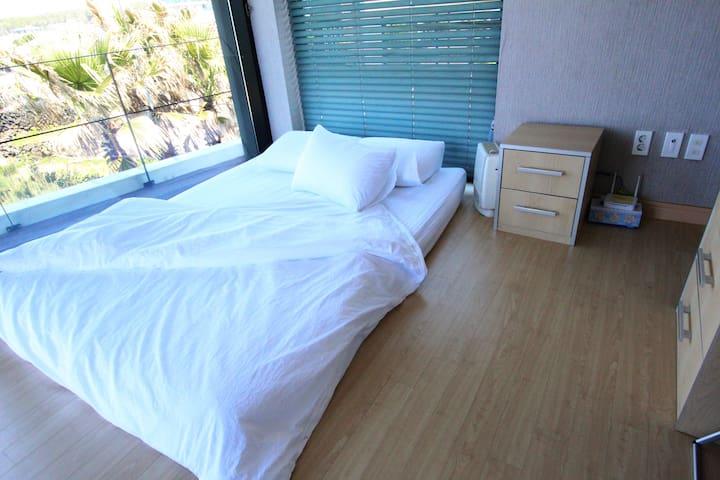 2층방에도 샤워실과 옷장이 있습니다. The bedroom on the 2nd fl also has showerroom and closet.