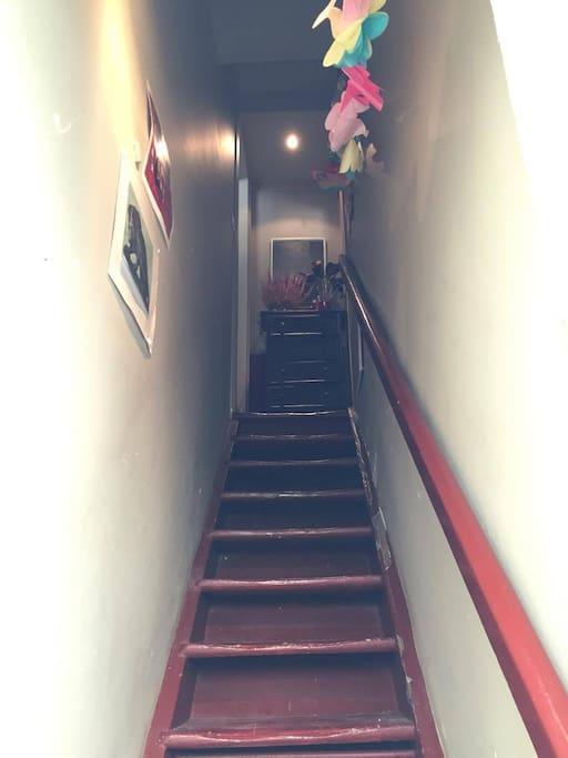Entrée - Appartement situé au 1er, l'entrée se fait par cet escalier qui nous appartient - pas de voisins au dessus