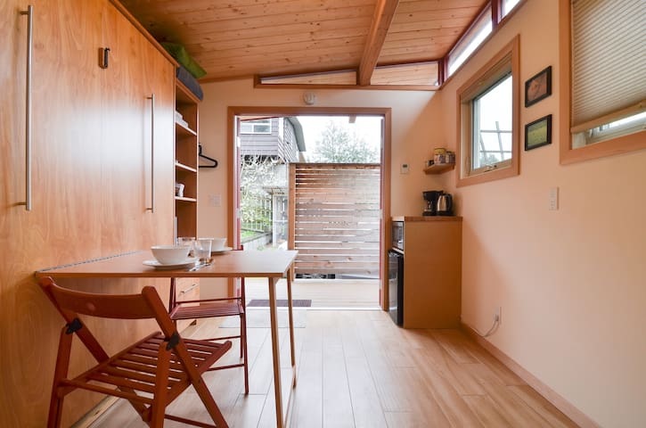 Discount! Sunny Tiny House, Deck, Garden & Parking