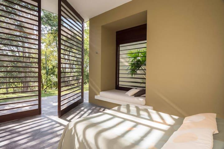 Habitación 3: cama queen + cama sencilla