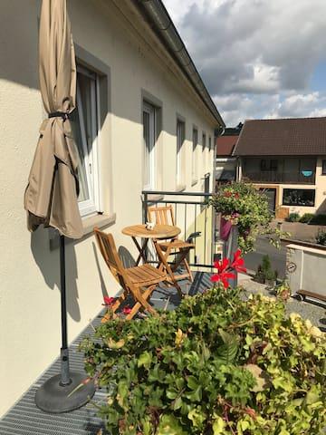 Ferien- und Winzerhof Ute Braun (Nordheim), Ferienwohnung Hallburg mit Liegewiese und Spielplatz