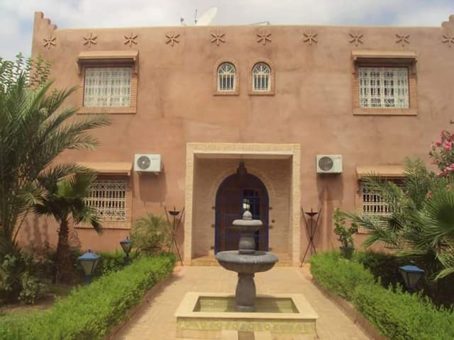 Villa de charme route fez villas for rent in marrakech for Airbnb fez