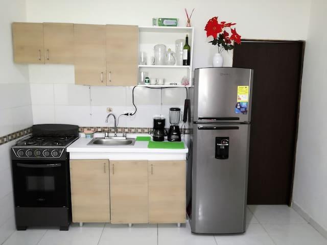 Zona de Cocina: Nevera, Estufa y Utensilios de cocina - Kitchen Area: Refrigerator, Stove, Etc.