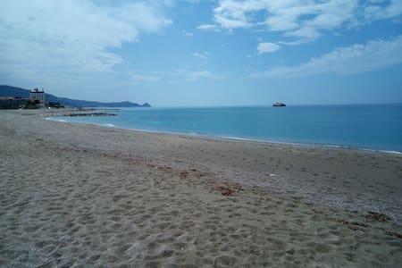 La tua vacanza sul mare, fronte isole eolie. - Brolo - 公寓