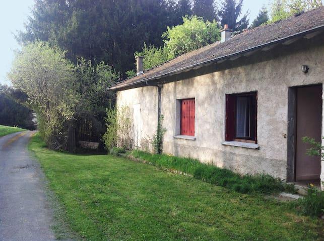 Maison simple et charmante - Saint-Sauveur-la-Sagne - บ้าน
