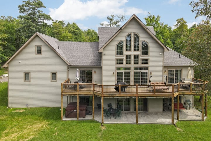 Lake Access Home w/Hot Tub, Pool Table, & 2 Gas Fireplaces!