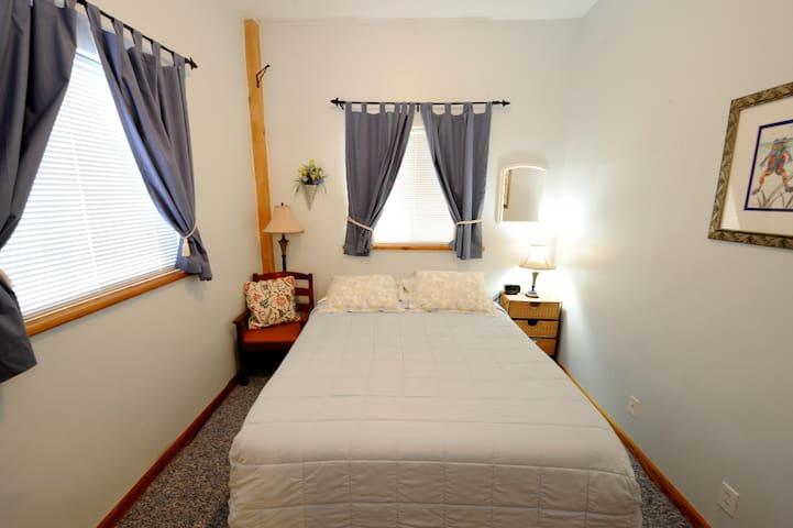 Carriage Room - Queen bed with en-suite bath
