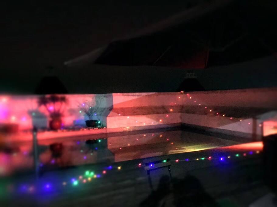 顶层的私家泳池的实景,夏天开始开放使用,泳池夜景