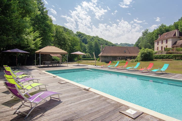 Authentic farmhouse with heated pool close to a river on a beautiful spot.