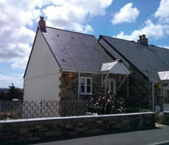 4 Bedroom house, valley views and patio garden - Lostwithiel